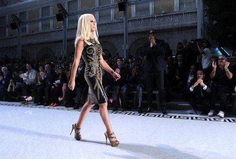 Il vestito per la collezione H&M indossato da Donatella Versace
