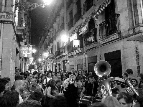 Paura e delirio per le strade di San Sebastian. La Semana Grande è una settimana itinerante/delirante di concerti