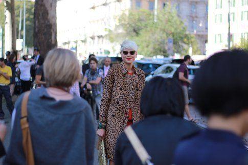 Un outfit immortalato fuori dalla sfilata di Gucci