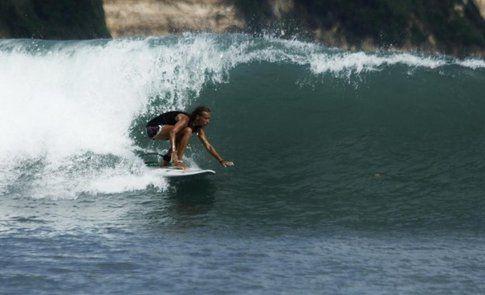Jessica mentre surfa un'onda