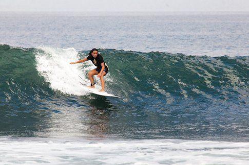La Medlova mentre surfa un'onda balinese