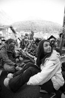 Bibi con le ragazze del camp mentre ci comunicano la chiusura degli impianti