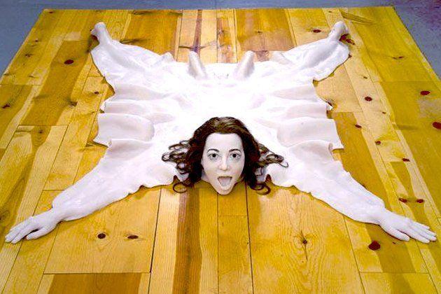 Un tappeto di pelle umana: dal mondo del design una provocazione per riflettere sul ruolo della donna
