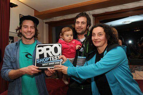 100-one, il negozio vincitore della scorsa edizione, consegna il premio a Fakieshop.com
