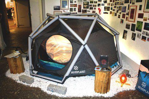 Questa tenda è impressionante, i pali sono dei cuscinetti d'aria