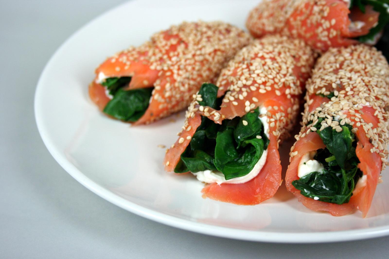 Involtini di salmone croccanti con formaggio fresco e spinaci