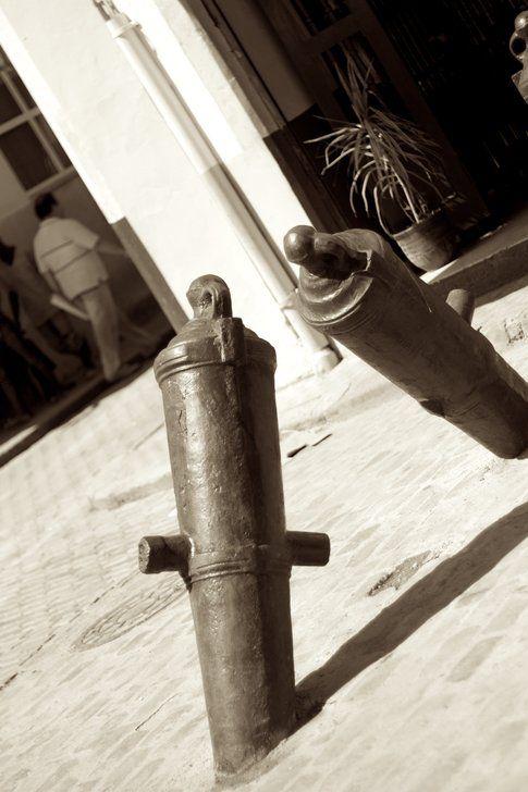 Cannoni usati per delimitare l'area pedonale del centro dell'Havana Vieja - Foto di Simona Forti
