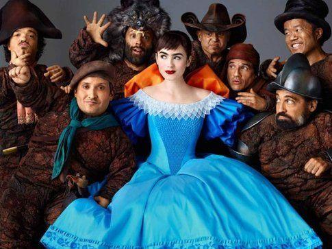Lily Collins con gli attori che interpretano i sette nani