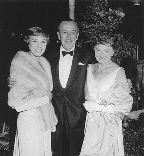 Walt Disney abbraccia Julie Andrews e Pamela Trevers