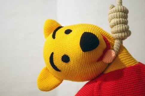 Winnie Pooh cade in depressione per la commercializzazione del suo personaggio da parte di Disney e si suicida