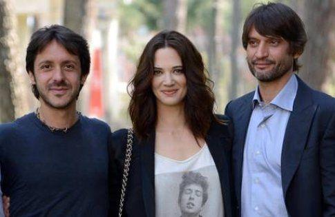 Asia Argento tra il regista Stefano Chiantini e il co-protagonista Ivan Franek