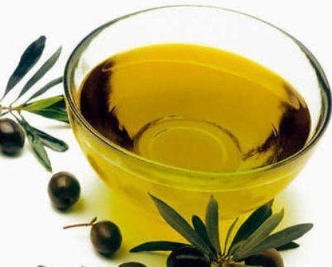 Olio d'oliva in una ciotala