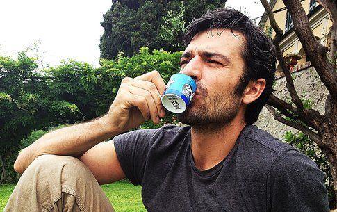 luca argentero mentre beve un caffè