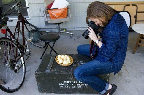 unaa food blogger fotografa un piatto su un set (immagine web)