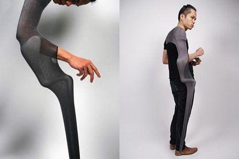 Protraction: la stampella indossata come una manica sembra un'estensione del braccio