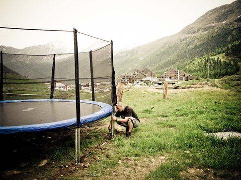 Tappeto elastico con vista panoramica nella nostra zona chill e BBQ a valle