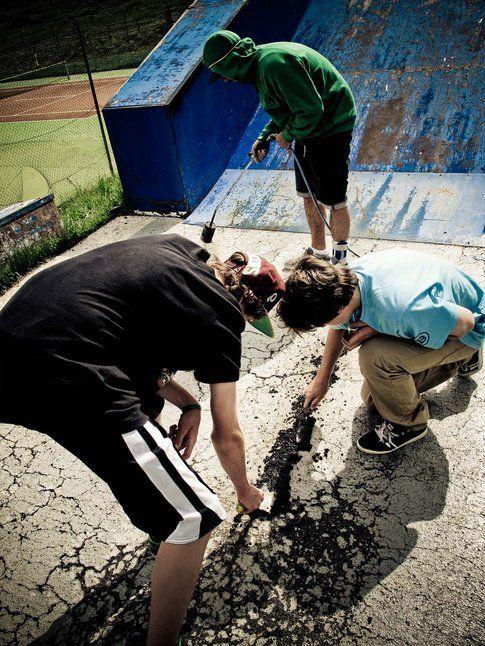 Lo skatepark è stato messo a nuovo. Max, Sebi e Peter all'opera