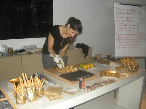 marta tovaglieri, food blogger, durante un evento che prepara i suoi piatti