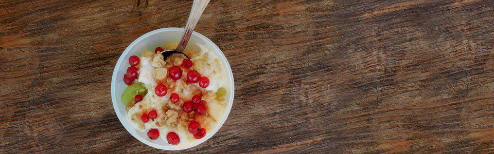 Macedonia gustosa, con frutta secca, muesli e yogurt naturale