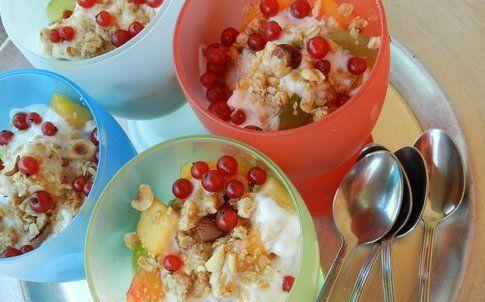 coppette di macedonia con frutta secca e yogurt