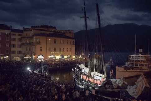 Arrivo spettacolare dell'FC Bayern in barca a Riva del Garda