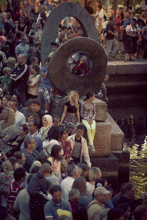 Bagno di folla per l'arrivo ufficiale via barca a Riva del Garda