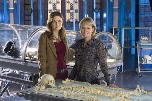 Kathy Reichs con la protagonista femminile di Bones