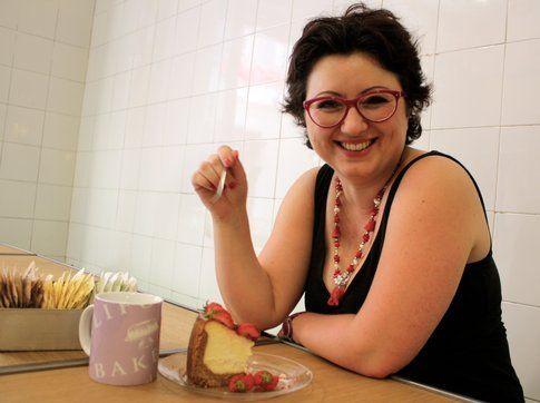 francesca alle prese con una fettona di cheesecake (foto di alessio baù)