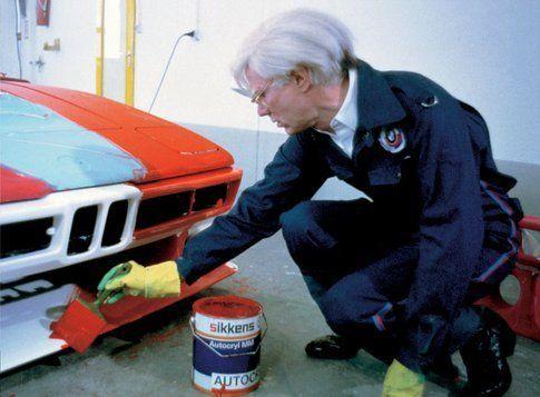 Andy Wahrol all'opera sulla sua auto d'artista, in mostra alla BMW Art Car Collection