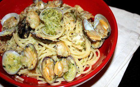 spaghetti alle vongole con pesto di mandorle