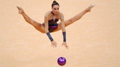 Delphine Ledoux in una prova di ginnastica ritmica. Foto di  london2012.com