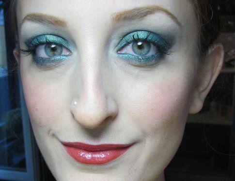 Occhi intensi e labbra ciliegia