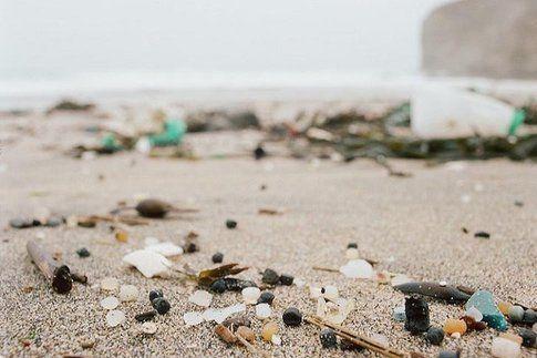 Detriti plastici in spiaggia