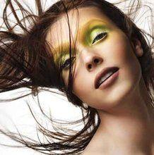 Il verde acido è perfetto con gli occhi azzurri