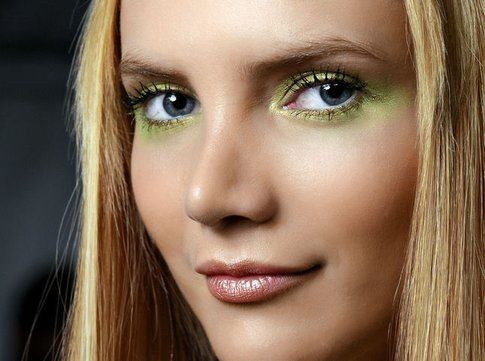 Make up in cinque mosse: verde acido