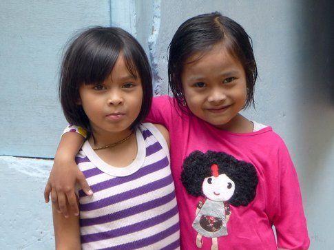 Bambine nella campagna della Arau Valley