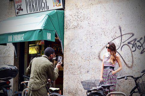 Un fotografo di streetstyle all'opera