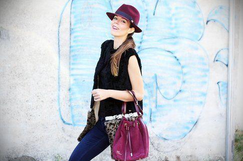 Match di colori tra cappello e borsa
