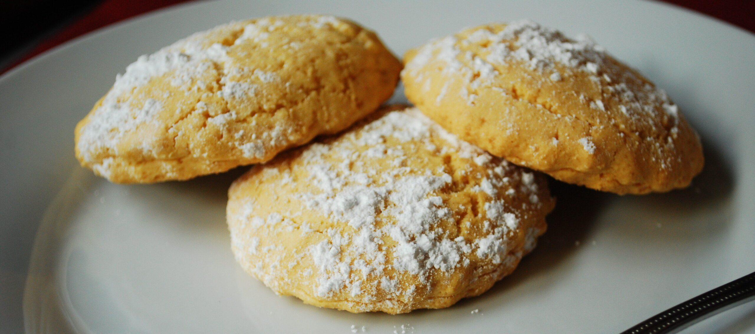 Biscotti ripieni di marmellata per la colazione e la merenda