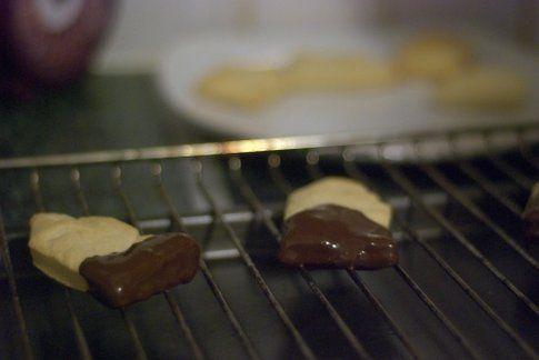 I biscotti a forma di bustina inzuppati nella cioccolata