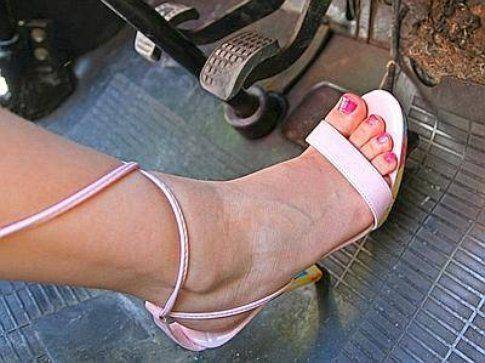 Al volante con i tacchi