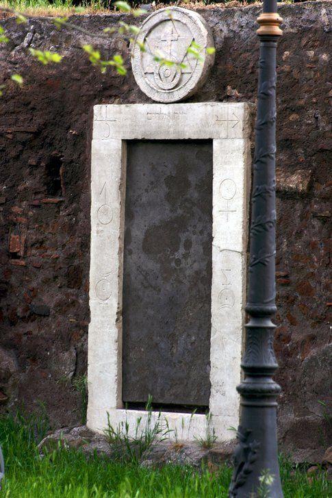 Porta Alchemica - foto di Simona Forti