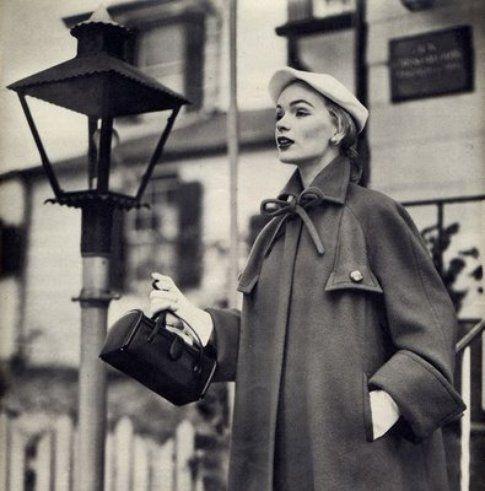 una donna con il suo paltò