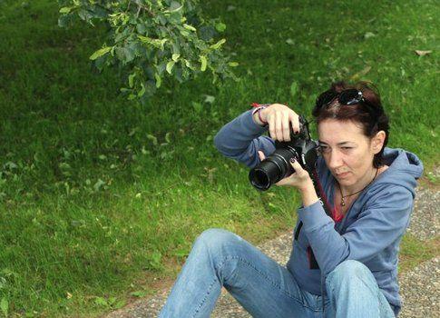 laviv concentrata in una delle sue passioni, la fotografia