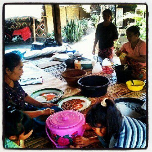 Donne Sasak preparano la festa finale del Ramadam a Kuta - Lombok