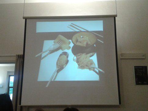 Diversi formati di pasta, ciascuno con l'utensile adatto
