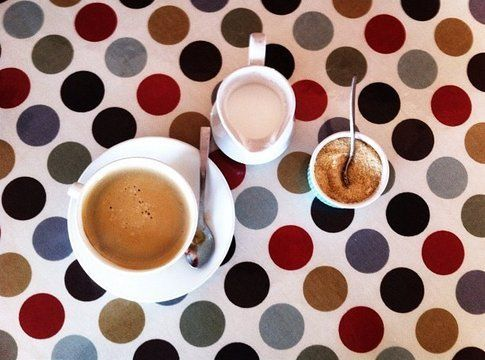 Pit-stop per un caffè al Cooked, il coffee shop dei surfisti a Muizenberg
