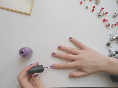 Applica il colore chiaro su tutta l'unghia