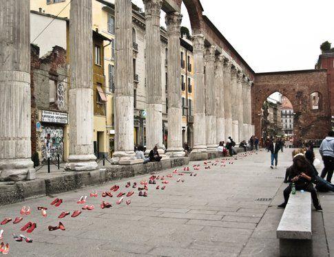 Zapatos Rojos di Elina Chauvet alle Colonne di San Lorenzo, Milano
