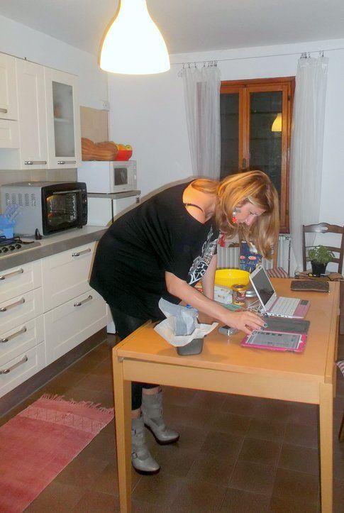 Irene in cucina tra un plumcake e un iPad e sempre sul tacco!